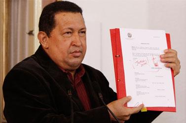 El presidente Hugo Chávez anunció este viernes que la nueva Ley del Trabajo, que aprobará en los próximos días, incluirá una extensión de la baja por maternidad a seis meses y medio, convirtiendo a Venezuela en el segundo país con la más larga licencia maternal de la región.