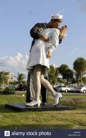 statue-called-unconditional-surrender-sarasota-bayfront-park-DDRRFF